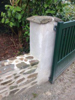 Muret en pierre et pilier enduit à la chaux - MOULINS